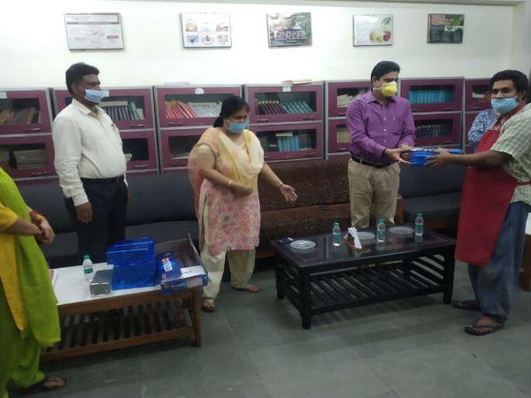 लखनऊ विश्वविद्यालय के कुलपति प्रो आलोक कुमार राय ने कम्युनिटी किचन में लगे कर्मचारियों को सम्मानित कर उनका हौसला बढ़ाया। ये कर्मचारी पिछले 60 दिनों से जरुरतमंदों के लिए खाना बना रहे हैँ। - Dainik Bhaskar
