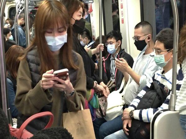 ताइवान में पब्लिक ट्रांसपोर्ट को बंद नहीं किया गया। हालांकि, ट्रेन-बस में सफर करने पर यात्रियों को मास्क पहनना जरूरी है। मास्क नहीं पहनने पर बहुत भारी जुर्माना चुकाना पड़ता है।