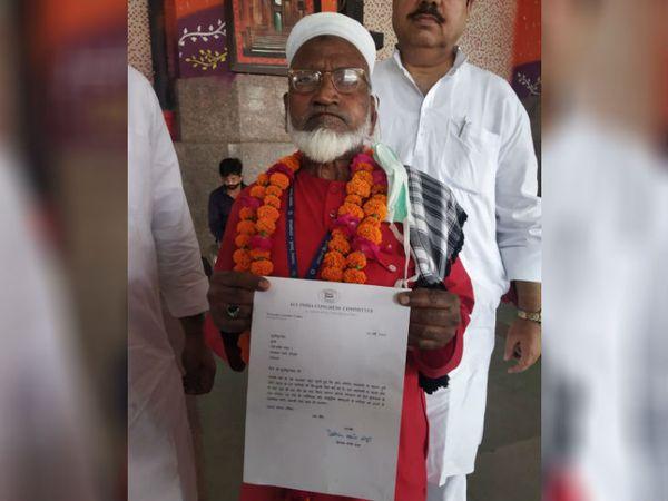 कांग्रेस महासचिव प्रियंका गांधी द्वारा भेजे गए पत्र के साथ कुली मुजीबुल्ला।