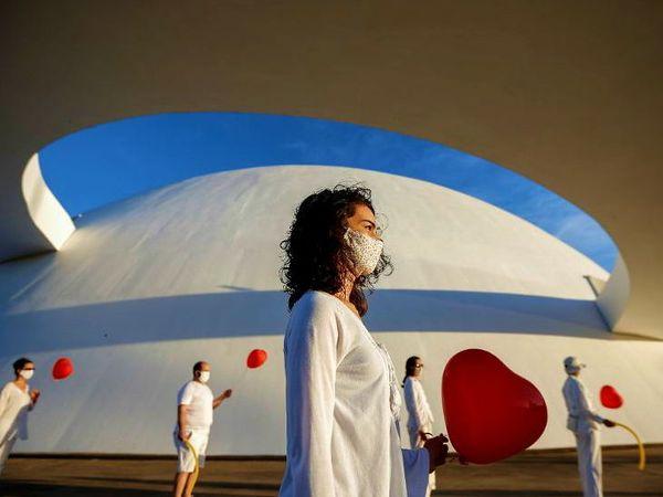 ब्राजील के ब्रासिलिया शहर में सोमवार को महामारी से मारे गए लोगों को स्थानीय कलाकारों ने श्रद्धांजलि अर्पित की। इस दौरान उन्होंने सरकारी इंतजामों के प्रति नाराजगी भी जाहिर की।