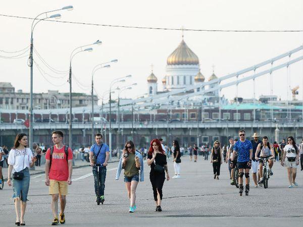 रूस की राजधानी मॉस्को में सोमवार को गोर्की सेंट्रल पार्क में टहलते लोग। राजधानी में कुछ बंदिशें हटाई गई हैं। लेकिन, देश में संक्रमण और मौतों के मामले बढ़ते जा रहे हैं। रूस में मरने वालों का आंकड़ा 6 हजार से ज्यादा हो गया है।