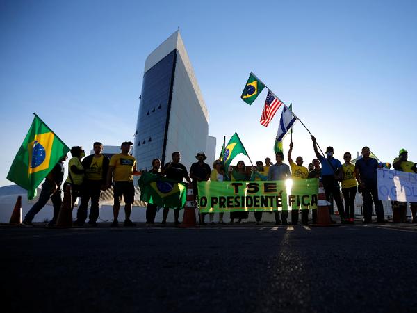 ब्राजील के राष्ट्रपति जायर बोलसोनारो के समर्थकों ने ब्रासिलिया स्थित सुपीरियर इलेक्टोरल ट्रिब्यूनल के बाहर प्रदर्शन में हिस्सा लिया। - Dainik Bhaskar