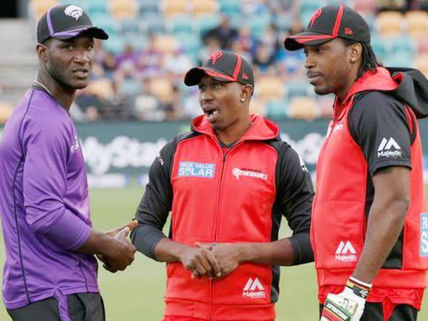 वेस्टइंडीज के पूर्व कप्तान डेरेन सैमी (बाएं), क्रिस गेल और ड्वेन ब्रावो (बीच में) ने कहा कि खेल जगत भी रंगभेद होता है। सैमी ने आरोप लगाया था कि आईपीएल में उन्हें कालू कहकर पुकारा जाता था। -फाइल फोटो - Dainik Bhaskar