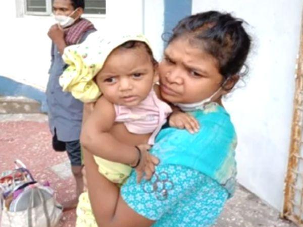 अपनी मां के साथ बच्ची। शुक्रवार शाम बच्ची की रिपोर्ट निगेटिव आने पर उसे डिस्चार्ज कर दिया गया। - Dainik Bhaskar