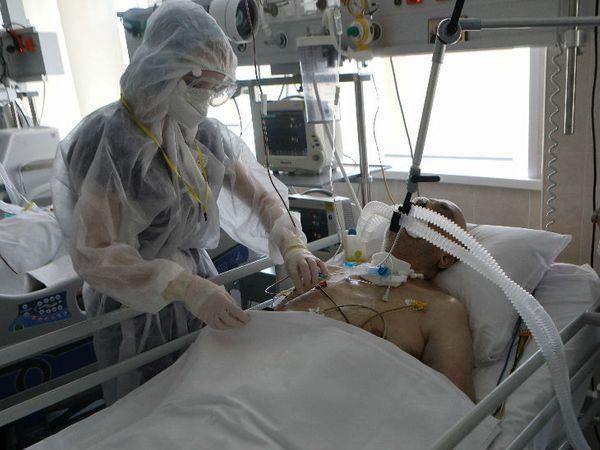 रूस की राजधानी मॉस्को में एक हॉस्पिटल में कोरना मरीज का इलाज करते डॉक्टर। रूस में संक्रमण से अब तक 6829 लोगों की जा चुकी है।