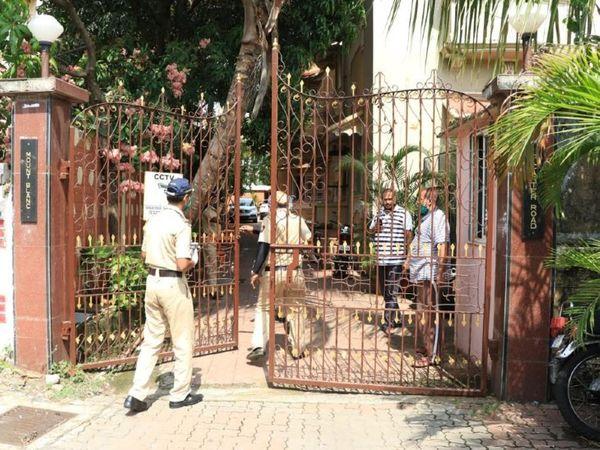 सुशांत सिंह राजपूत की सोसाइटी में जाती पुलिस।