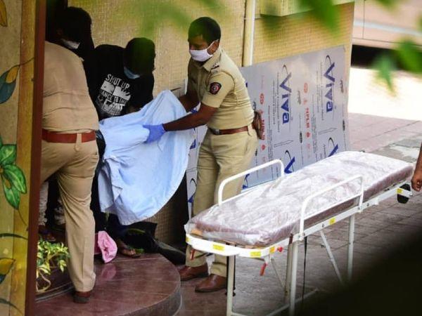 पुलिस के मुताबिक, सुशांत सिंह राजपूत ने कमरे में कपड़े से फंदा बनाया था। उनका शव कूपर अस्पताल लाया गया है।
