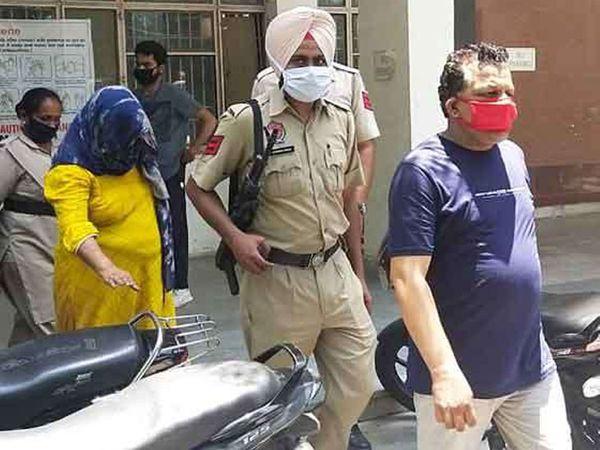 संगरूर में एससी कमीशन की सदस्य पूनम कांगड़ा और उनके पति काे गिरफ्तार करके ले जाती पुलिस। - Dainik Bhaskar