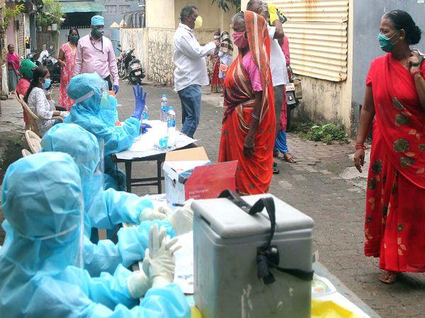 मुंबई के रेड जोन में सरकार ने टेस्टिंग बढ़ा दी है। शहर में मंगलवार को 935 केस सामने आए।
