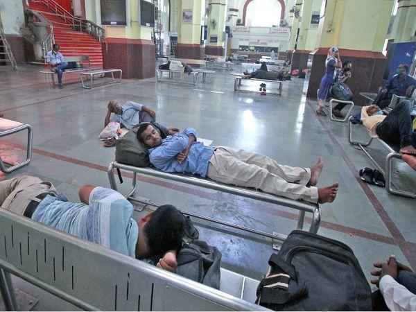 यह तस्वीर लखनऊ के चारबाग रेलवे स्टेशन की है। यहां के वेटिंग रूम में लोग सोशल डिस्टेंसिंग का पालन करते दिखे।