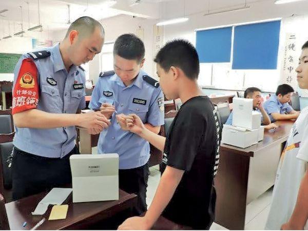 जानकारी के मुताबिक,  जेनेटिक साइंस चीनी पुलिस अधिकारियों को उन लोगों के खिलाफ मुकदमा चलाने की असीमित ताकत देता है, जिन्हें वे पसंद नहीं करते। - Dainik Bhaskar