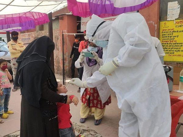 राजस्थान में अब तक सबसे ज्यादा 2676 मरीज राजधानी जयपुर में मिले हैं। बुधवार को यहां स्वास्थ्यकर्मियों ने जांच के लिए लोगों के सैंपल लिए। - Dainik Bhaskar