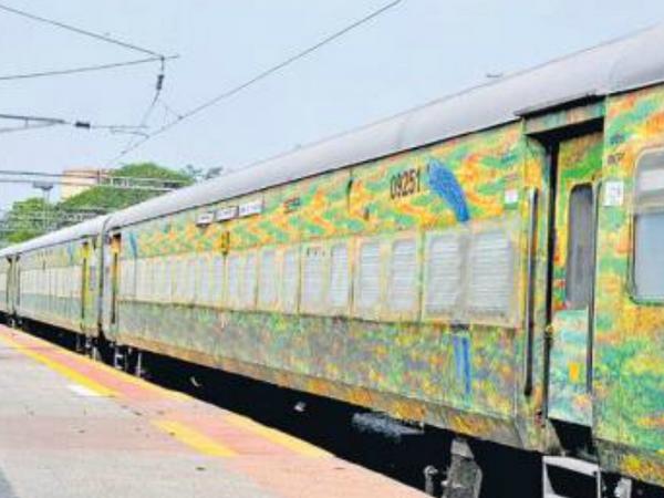 इस ट्रेन की हर बोगी में 8 केबिन हैं और हर केबिन में तीन बेड लगाए हैं। हर बेड पर वेंटिलेटर की सुविधा भी है।