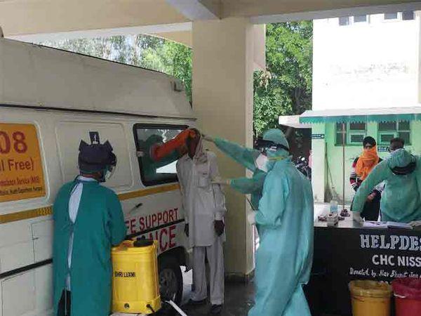 करनाल में कोरोना संदिग्धों के सैंपल लेते हुए स्वास्थ्य विभाग के डॉक्टर। - Dainik Bhaskar