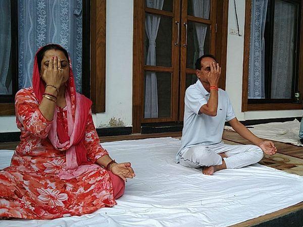 विश्व योग दिवस के अवसर पर मुख्यमंत्री शिवराज सिंह चौहान ने परिवार के साथ घर पर योग किया। - Dainik Bhaskar