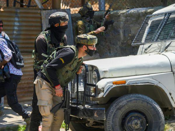 श्रीनगर के जूनीमार इलाके में आतंकवादियों के साथ मुठभेड़ के दौरान सुरक्षाकर्मी वाहन के पीछे पोजिशन लिए रहे।