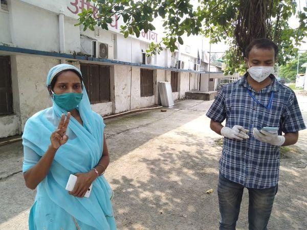 दूसरी जांच रिपोर्ट निगेटिव आने के बाद महिला को एनएमसीएच से छुट्टी मिल गई। - Dainik Bhaskar