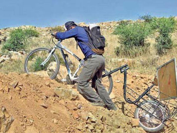 नेग्रेट को जब बच्चों की दिक्कतों के बारे में पता चला तो उन्होंने अपनी साइकिल में एक ट्रॉली जोड़ ली, उसमें वाइट बोर्ड फिट कर लिया और निकल पड़े बच्चों को पढ़ाने के लिए। - Dainik Bhaskar