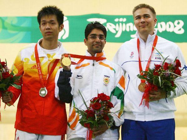 शूटर अभिनव बिंद्रा ने देश को पहला व्यक्तिगत गोल्ड दिलाया।