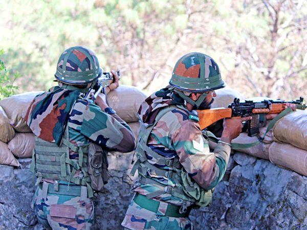 एलओसी पर भारतीय सेना हाई अलर्ट पर है। दुश्मन के हर वार का जवाब दिया जा रहा है।