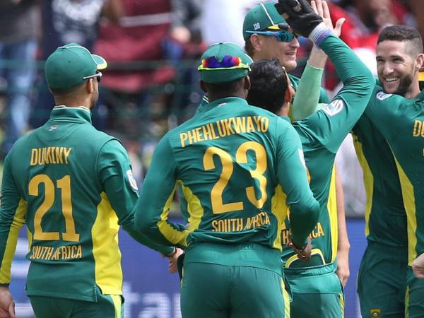 दक्षिण अफ्रीका सरकार ने लॉकडाउन के तीसरे फेज में नॉन कॉन्टैक्ट स्पोर्ट्स को इजाजत दी है। लेकिन 7 स्टाफ की कोरोना रिपोर्ट पॉजिटिव आने के बाद लाइव क्रिकेट की वापसी में देरी हो सकती है। -फाइल - Dainik Bhaskar