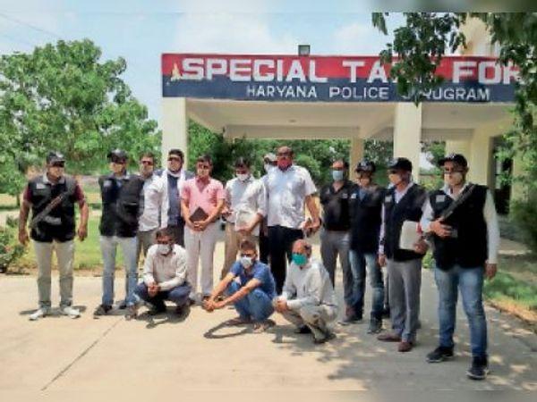 गुड़गांव. एसटीएफ मुख्यालय भोंडसी में गिरफ्तार किए गए महम एसडीएम कार्यालय के एमआरसी व दो अन्य आरोपी। - Dainik Bhaskar