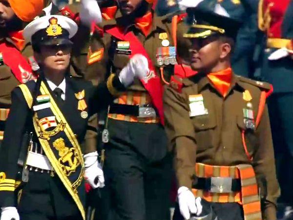 परेड में हिस्सा लेती भारतीय सेना की टुकड़ी। भारत की आर्मी, एयरफोर्स और नेवी के सैनिक इसमें शामिल हुए।