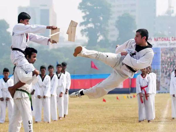 मान्यता रद्द होने के बाद अब इंडियन कराटे प्लेयर इंटरनेशनल टूर्नामेंट में तिरंगे के साथ नहीं खेल पाएंगे। उन्हें वर्ल्ड फेडरेशन की टीम के तौर पर उनके ही झंडे के साथ खेलना होगा। -फाइल फोटो - Dainik Bhaskar