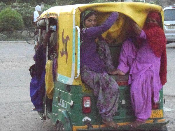 पानीपत से गोहाना के लिए सवारियां बैठाता अवैध वाहन चालक। - Dainik Bhaskar