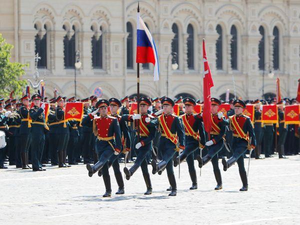 मॉस्को में रेड स्क्वॉयर में विक्ट्री डे परेड के दौरान रूसी सैनिकों ने मार्च निकाला।