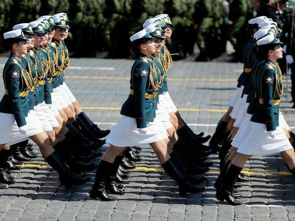 रेड स्क्वॉयर में विक्ट्री डे परेड के दौरान रूस की महिला सैनिकों की टुकड़ी मार्च करती हुई।