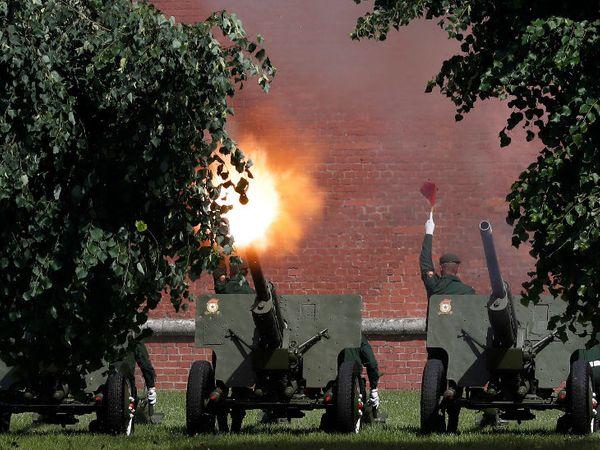 मॉस्को में विक्ट्री डे परेड के दौरान रूसी सैनिकों ने तोपों की सलामी दी