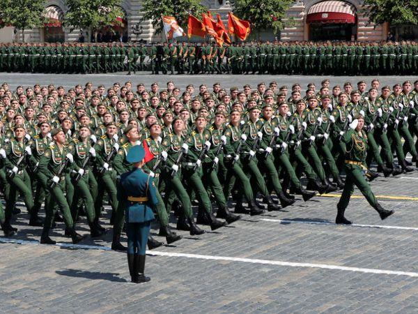 रेड स्क्वॉयर पर विक्ट्री परेड डे के मौके पर मार्च करते रूस के सैनिक