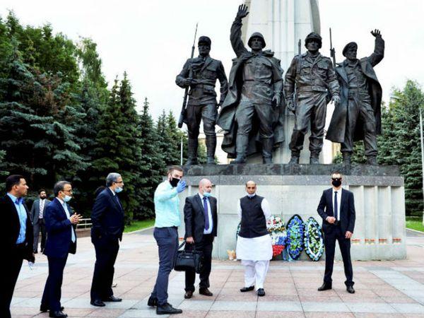 रक्षा मंत्री राजनाथ सिंह दूसरे वर्ल्ड वार से जुड़े धरोहर को देखने पहुंचे मॉस्को के विक्ट्री पार्क पहुंचे।