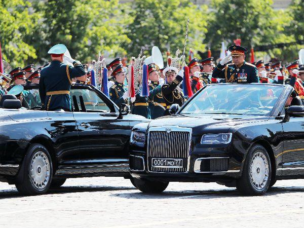 विक्ट्री डे परेड के दौरान रूस के रक्षा मंत्री सर्गेई शोइगु और रूसी सेना प्रमुख ओलेग सल्यूकोव ने एक-दूसरे को सलामी दी।
