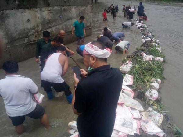 भूटान में भारी बारिश से कई बांधों को नुकसान पहुंचा है। ये फोटो एक फेसबुक यूजर शेरिंग नामग्याल ने पोस्ट की है।