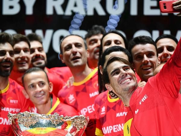 स्पेन ने पिछले साल कनाडा को हराकर छठी बार डेविस कप का खिताब जीता था। स्पेन के लिए रॉबर्टो बॉतिस्ता एगुट और राफेल नडाल ने अपने-अपने मैच जीते थे। -फाइल - Dainik Bhaskar