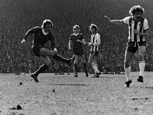 फिल नील 1974 से 1985 तक लिवरपूल के लिए खेले। अपनी दमदार डिफेंस तकनीक की बदौलत वे क्लब को 8 लीग टाइटल दिलाने के हिस्सेदार रहे। - Dainik Bhaskar