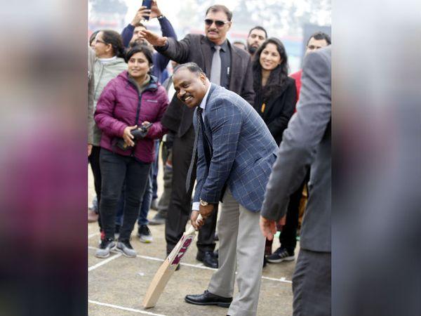 तस्वीर इस साल जनवरी की है। मौलाना आजाद क्रिकेट स्टेडियम (एमए स्टेडियम) का उद्घाटन करते जम्मू कश्मीर के उपराज्यपाल जीसी मुर्मू। फोटो- अंकुर सेठी