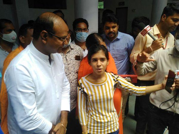 कर्णिका के टॉप करने के बाद बधाई देने वालों का तांता लग गया। मंत्री विश्वास सारंग ने भी उसे बधाई दी।