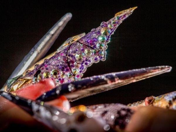 रंग-बिरंगे स्टोन्स से नेल्स की खूबसूरती किस तरह बढ़ाई जा सकती है, ये आप इस नेल आर्ट के माध्यम से जान सकते हैं। इसमें कलर कॉम्बिनेशन भी तारीफ के काबिल है।