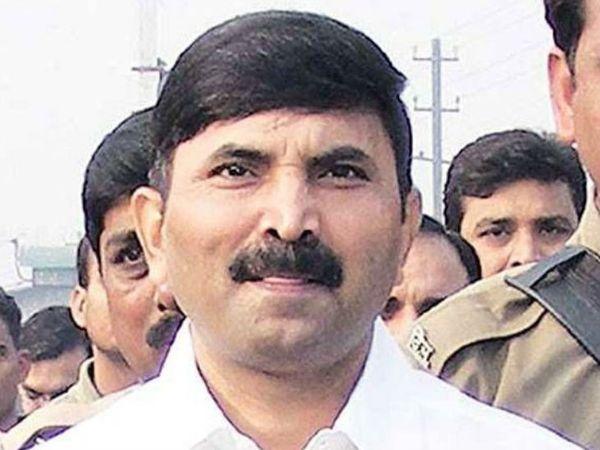 बृजेश सिंह वाराणसी से एमएलसी है। उस पर 30 से ज़्यादा संगीन मामले दर्ज हैं। यूपी पुलिस ने उस पर 5 लाख रुपए का इनाम घोषित किया था।