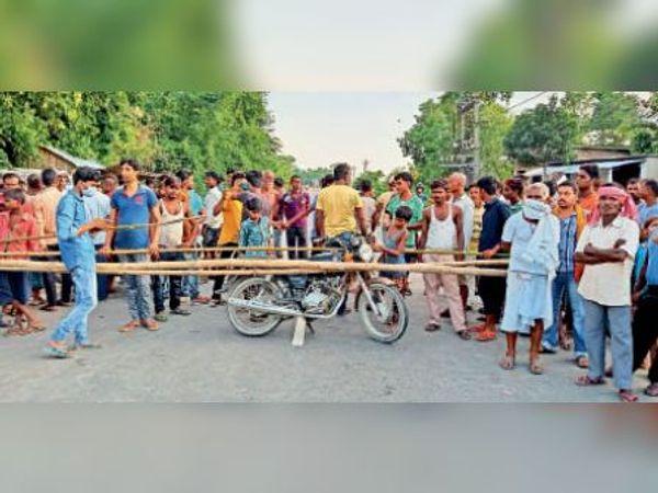 मंगलवार को दुर्घटना के बाद एनएएच 327 ए को जाम करते ग्रामीण। - Dainik Bhaskar