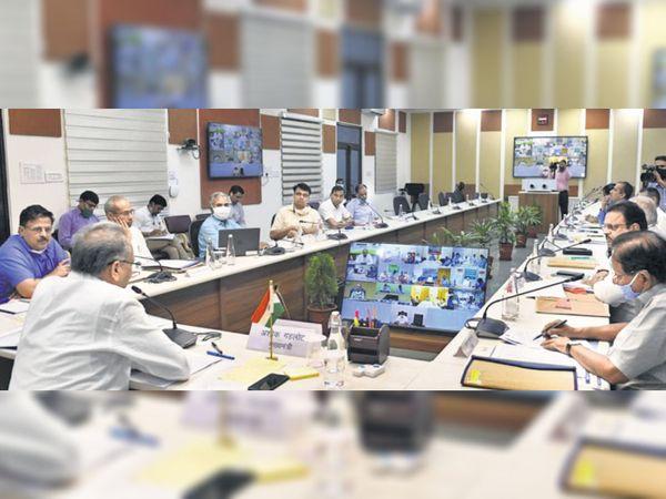 जयपुर में वीडियो कांफ्रेंसिंग के जरिए संवाद करते सीएम अशोक गहलोत व अन्य मंत्री। - Dainik Bhaskar