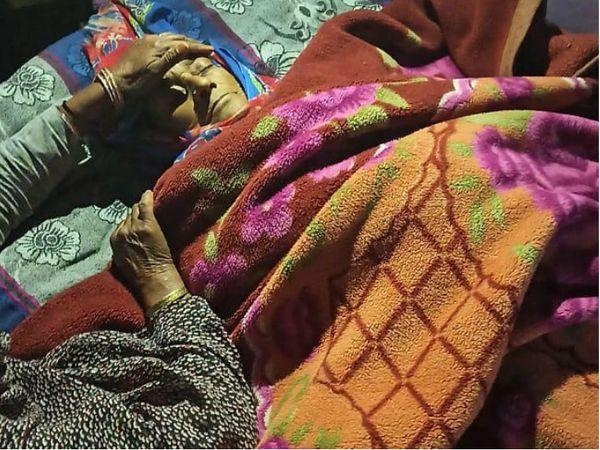 पाकिस्तान ने बुधवार तड़के तीन बजे फायरिंग शुरू की। इस दौरान बुजुर्ग रेशम बी की गोली लगने से मौत हो गई। एक अन्य महिला हाकम बी की हालत गंभीर है। - Dainik Bhaskar
