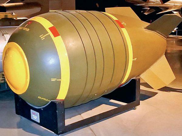 स्टॉकहोम इंटरनेशनल पीस रिसर्च इंस्टीट्यूट के मुताबिक अमेरिका के पास 7550 परमाणु हथियार हैं। उसने 1750 परमाणु बमों को मिसाइलों और बमवर्षक विमानों में तैनात कर रखा है। - Dainik Bhaskar