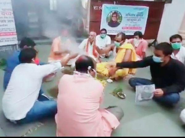 मुम्बई के बोरिवली इलाके में अमिताभ और अभिषेक की सलामती के लिए महामृत्युंजय जाप और पूजा करते उनके फैंस।