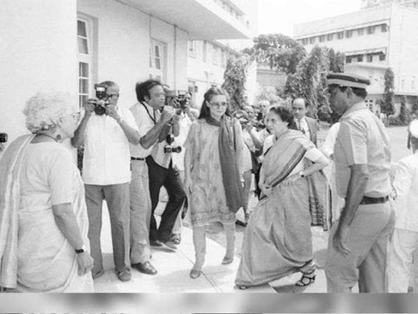 सोनिया गांधी और इंदिरा गांधी अमिताभ को देखने दिल्ली से मुंबई पहुंची थीं।