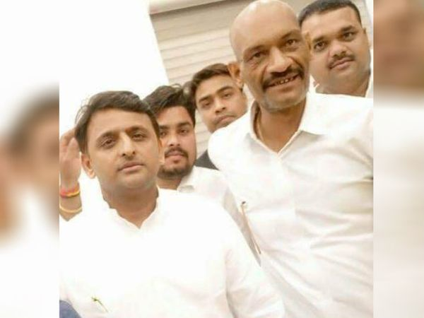 सपा अध्यक्ष अखिलेश यादव के साथ गुड्डन त्रिवेदी की तस्वीर सोशल मीडिया पर वायरल हो रही है।