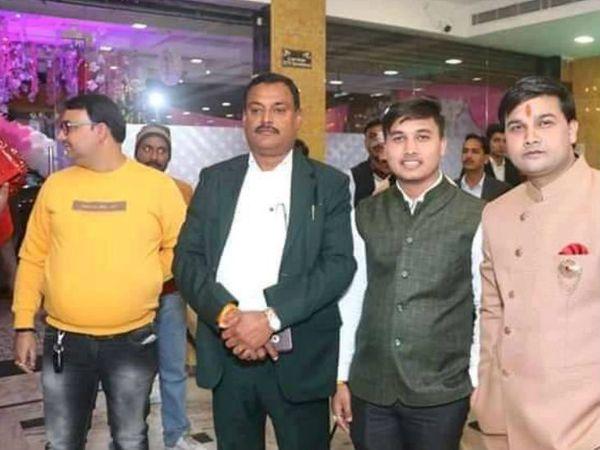 यह तस्वीर कानपुर की है। गैंगस्टर विकास दुबे के साथ उसका खास सहयोगी जय बाजपेयी (दाएं से पहला शख्स)। - Dainik Bhaskar